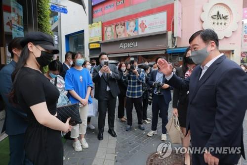 中國駐韓大使與留學生交談