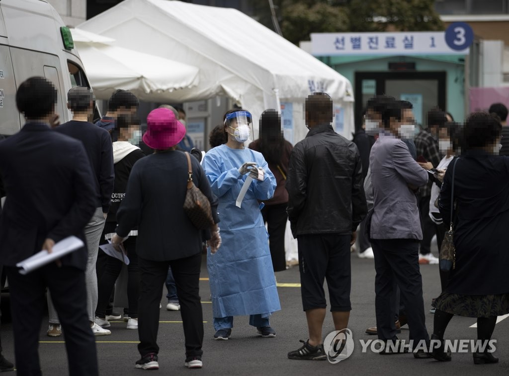 資料圖片:10月2日,在設于首爾國立中央醫療院的篩查診所,眾多市民前來接受新冠病毒核酸採樣檢測。 韓聯社