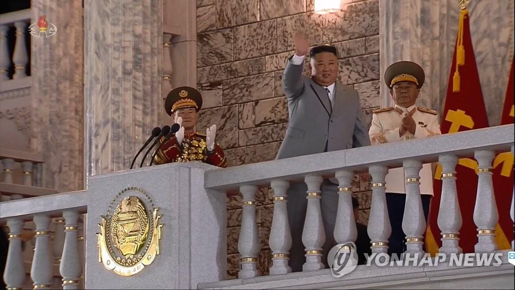 10月10日,在平壤金日成廣場,朝鮮國務委員會委員長金正恩出席勞動黨成立75週年閱兵儀式,並在發表講話前向群眾揮手致意。 韓聯社/朝鮮中央電視臺畫面截圖(圖片僅限南韓國內使用,嚴禁轉載複製)