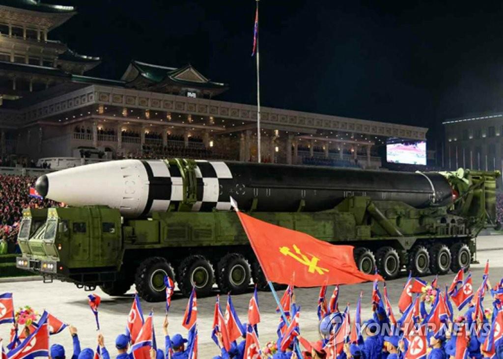 資料圖片:10月10日,朝鮮舉行勞動黨成立75週年紀念閱兵儀式,公開能夠打擊美國本土的新型洲際彈道導彈。 韓聯社/朝鮮勞動黨機關報《勞動新聞》官網截圖(圖片僅限南韓國內使用,嚴禁轉載複製)
