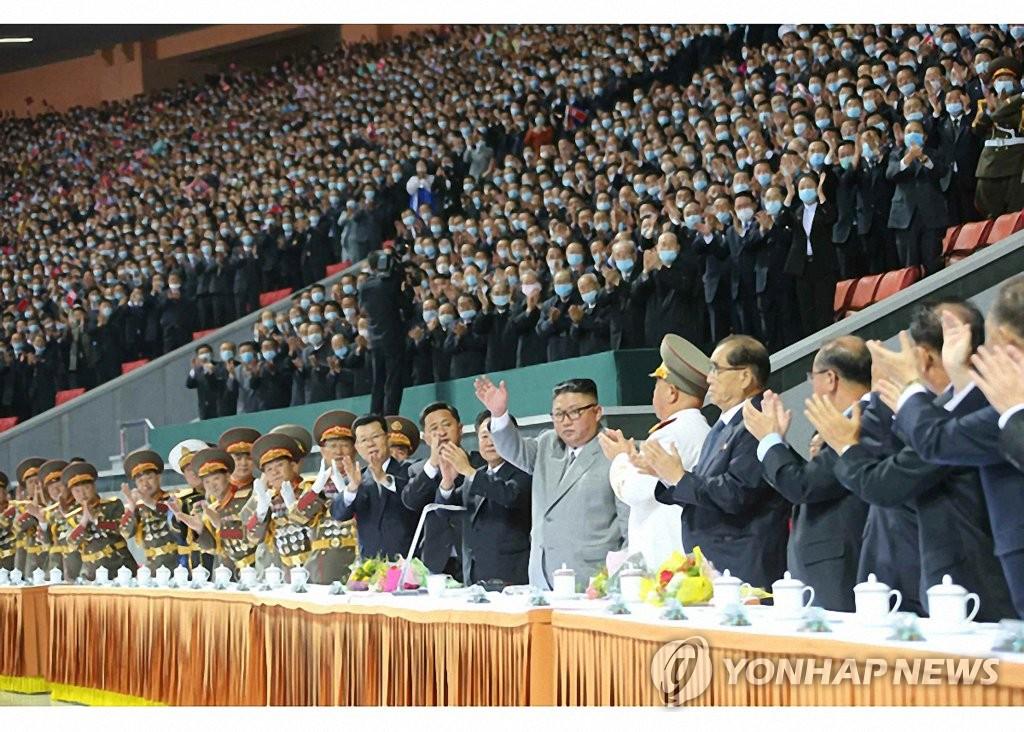 金正恩觀看紀念建黨75週年大型團體操表演