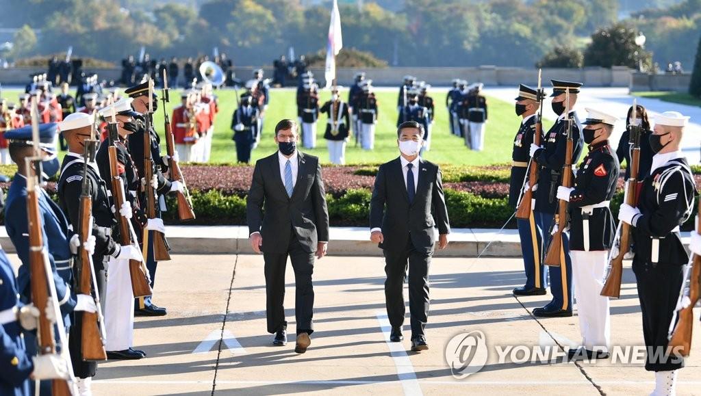 資料圖片:當地時間10月14日,在位於美國華盛頓的南韓戰爭參戰紀念公園,正在訪問美國的南韓國防部長官徐旭(左)與美國防長馬克·埃斯珀一同參謁參戰英烈。 韓聯社/南韓國防部供圖(圖片嚴禁轉載複製)