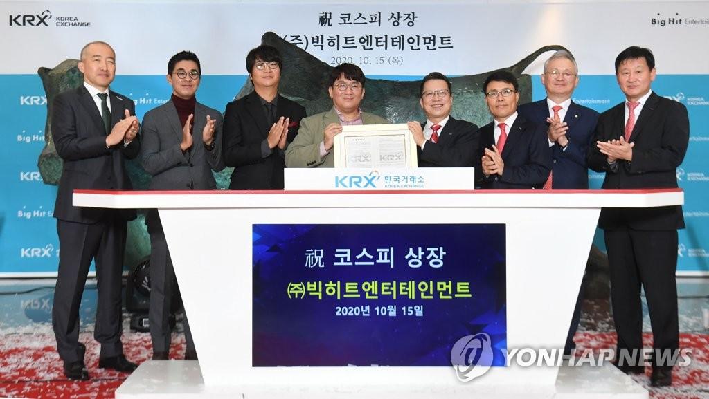 10月15日,在南韓交易所,Big Hit娛樂掌門人房時赫(左四)、南韓交易所董事長鄭智元(右四)等人士在上市紀念儀式上合影。 韓聯社/聯合攝影團
