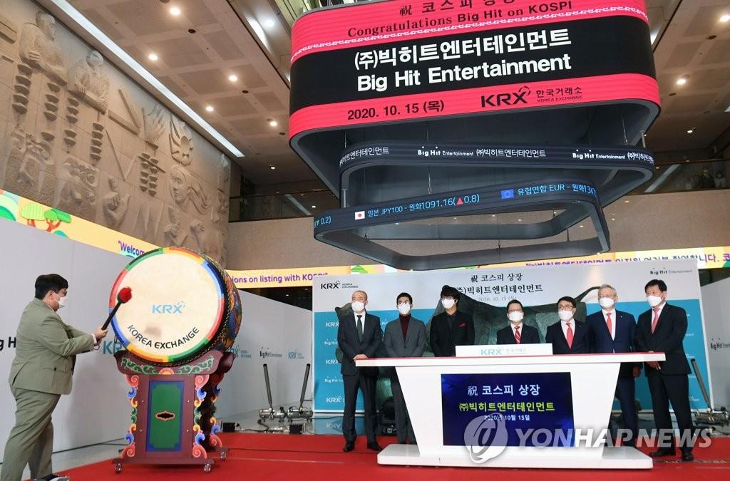10月15日,在南韓交易所舉行的Big Hit娛樂上市紀念儀式上,Big Hit娛樂掌門人房時赫(左邊)打鼓慶祝。 韓聯社/聯合攝影團