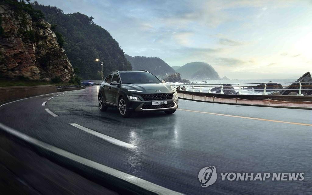 """資料圖片:現代汽車10月15日表示,旗下升級版SUV車型""""全新KONA""""(The new KONA)正式上市。這是現代2017年款KONA的升級版,新款外觀設計犀利個性,燃效領跑同級車車型。 韓聯社/現代起亞汽車供圖(圖片嚴禁轉載複製)"""
