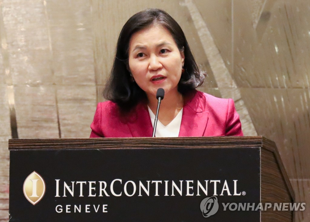 資料圖片:當地時間10月16日,在瑞士日內瓦洲際酒店,俞明希邀請各國駐日內瓦大使參加招待會爭取支援。 韓聯社