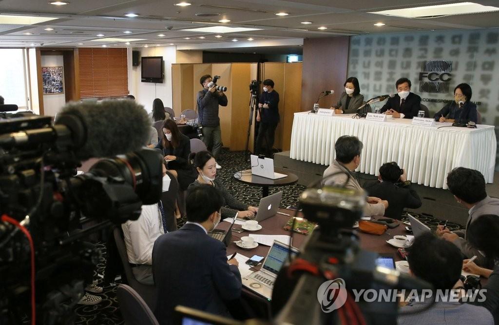 10月21日下午,在首爾市中區的南韓新聞中心,李洛淵出席外媒記者俱樂部討論會,回答記者提問。 韓聯社/國會攝影記者團供圖(圖片嚴禁轉載複製)