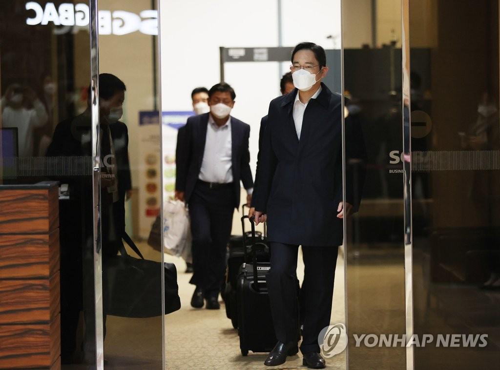 10月23日,三星電子副會長李在鎔(右)結束訪越乘機返回金浦國際機場。 韓聯社