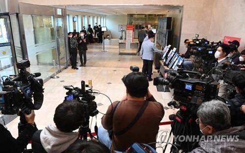李健熙靈堂前被記者包圍