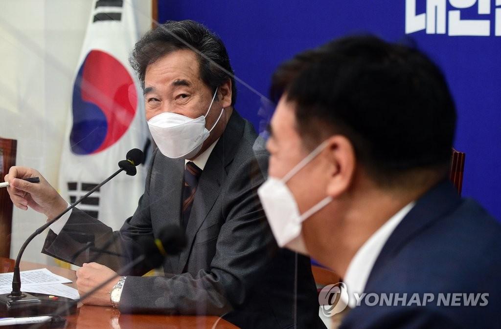 11月3日,南韓執政黨共同民主黨黨首李洛淵(左)在國會會見中國駐南韓大使邢海明。 韓聯社