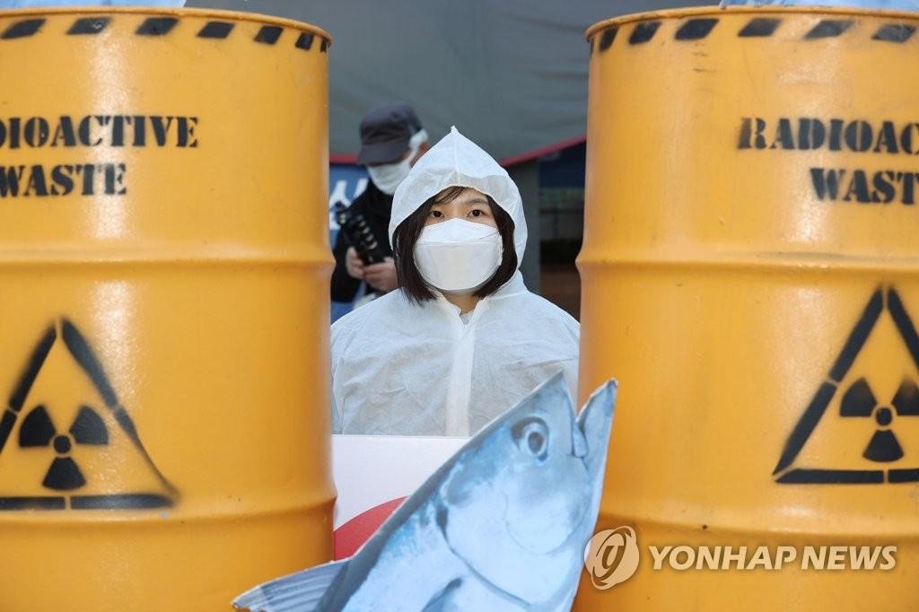 資料圖片:11月9日,在首爾鐘路區的日本駐韓大使館舊址前,市民舉行集會反對日方核污水入海計劃。 韓聯社