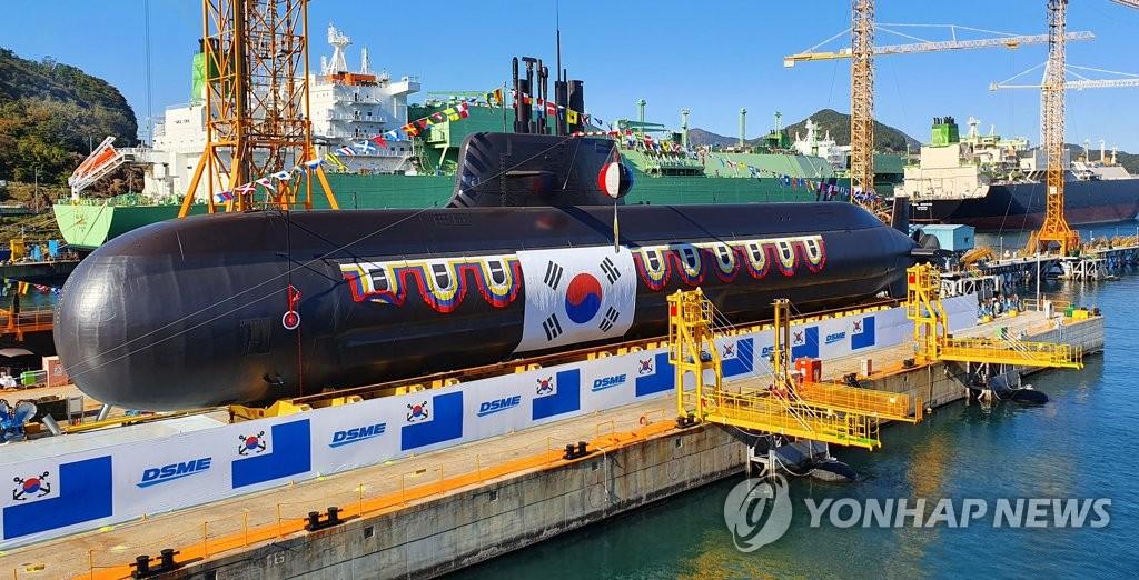 """11月10日,在慶尚南道巨濟市大宇造船海洋玉浦造船廠,韓軍自主研製的第二艘中型潛艇""""安武""""艇(3000噸級)舉行下水儀式。 韓聯社"""