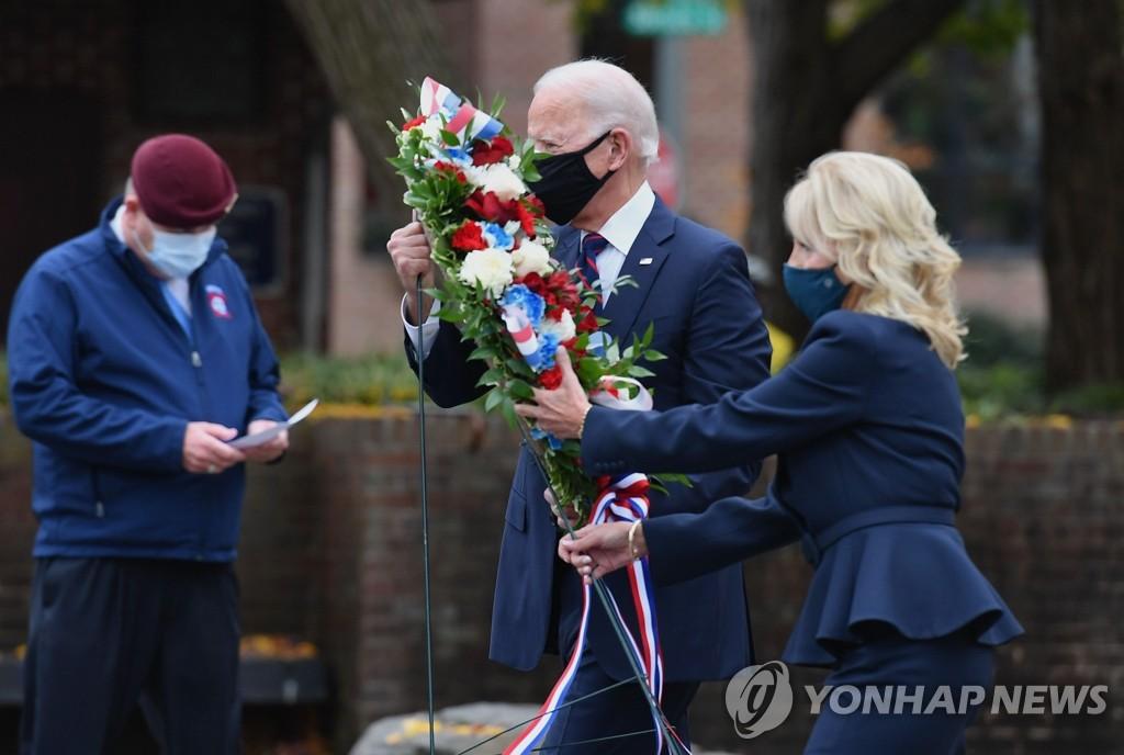 當地時間11月11日,在費城,喬·拜登(右二)和夫人吉爾·拜登向韓戰紀念碑敬獻花籃。當天是美國的退伍軍人節。 韓聯社/美聯社(圖片嚴禁轉載複製)