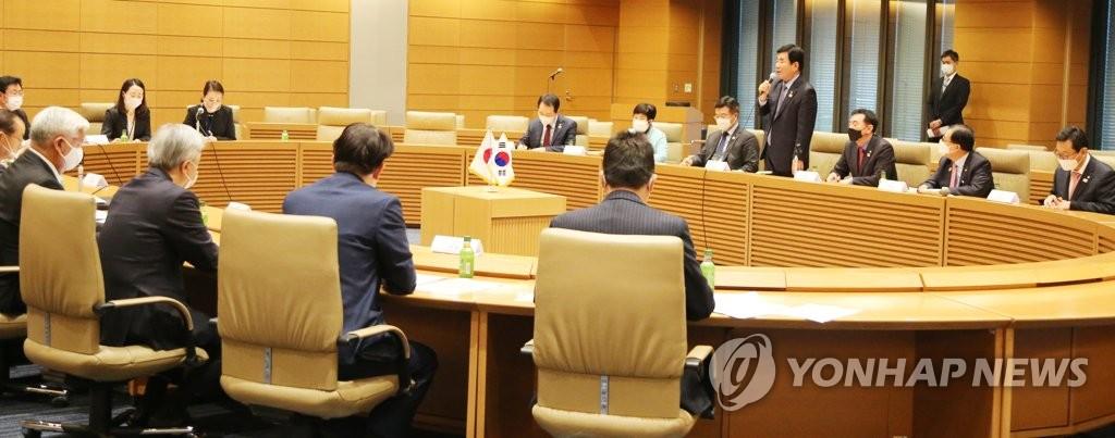 """11月12日,在日本眾議院第一議員會館,""""韓日議員聯盟""""與""""日韓議員聯盟""""舉行聯盟幹事會。 韓聯社"""