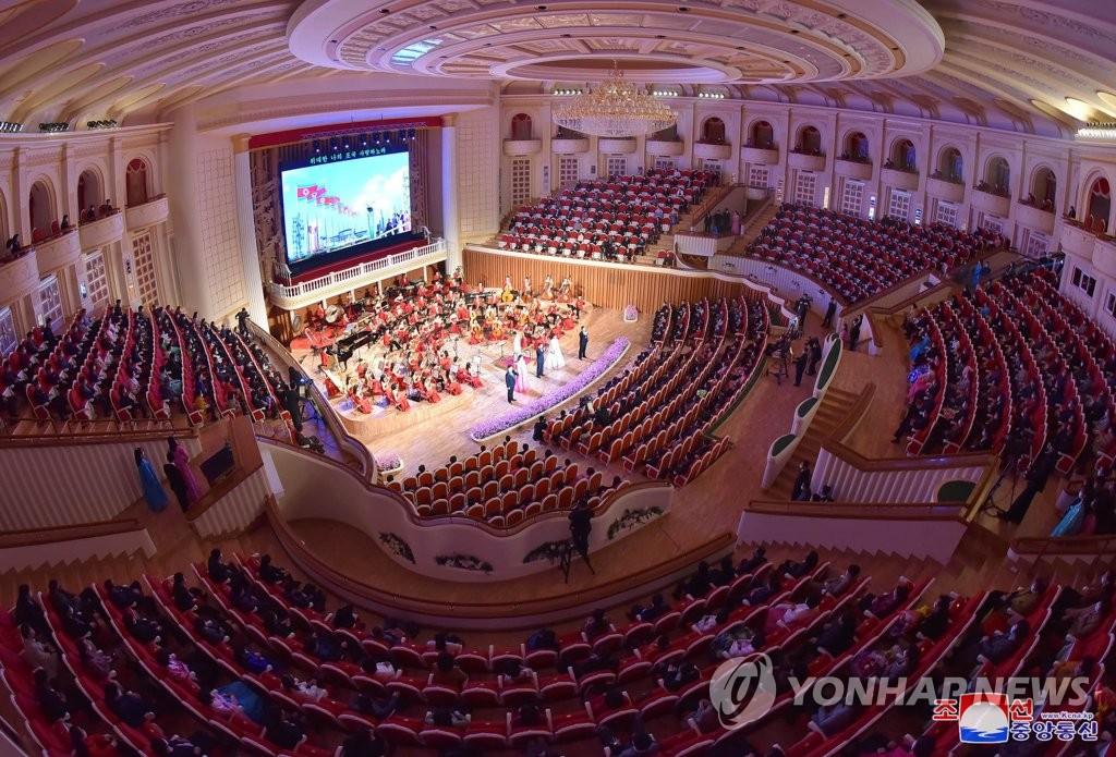 疫情下朝鮮劇場隔座觀演引關注