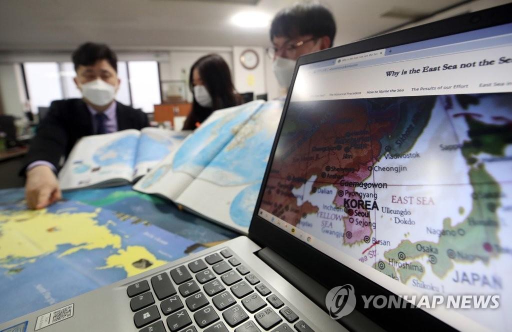 """資料圖片:國際海道測量組織(IHO)日前決定不再以名稱而是以編號標注海洋。圖為南韓網路外交使團""""南韓之友""""(VANK)工作人員正在進行東海正名宣傳工作。 韓聯社"""