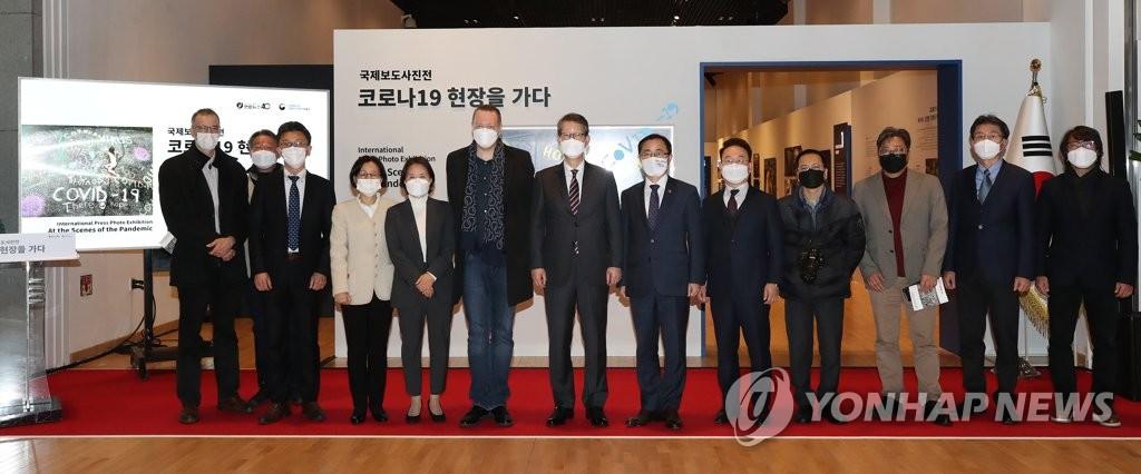 """11月24日,""""國際新聞圖片展:直擊新冠疫情一線""""在首爾鐘路區的大韓民國歷史博物館開幕。圖為與會嘉賓合影。 韓聯社"""