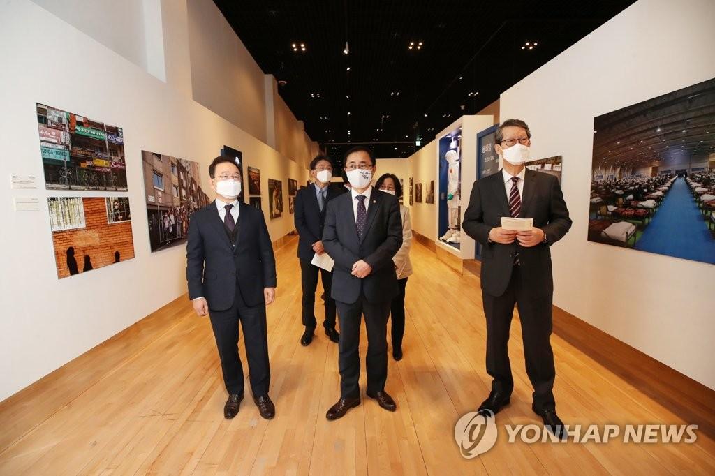 """11月24日,""""國際新聞圖片展:直擊新冠疫情一線""""在首爾鐘路區的大韓民國歷史博物館開幕。 韓聯社"""