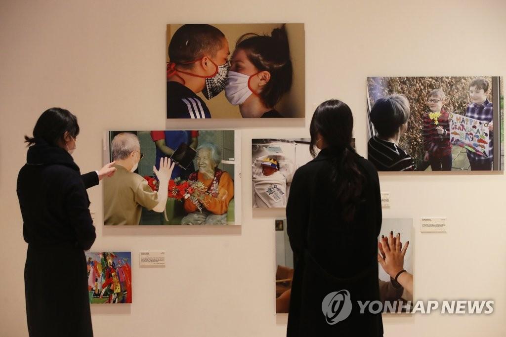 新冠疫情主題國際新聞圖片展在韓開幕
