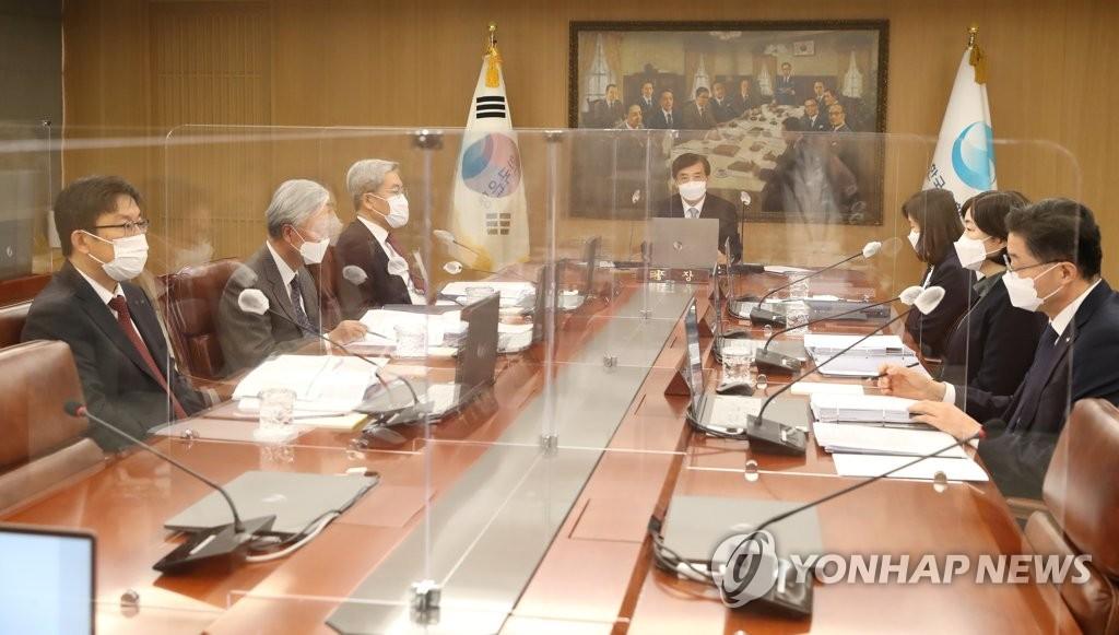 資料圖片:2020年11月26日,在首爾市中區南韓銀行(央行)辦公大樓,行長李柱烈(左四)主持召開金融貨幣委員會全體會議。 韓聯社/南韓銀行供圖(圖片嚴禁轉載複製)