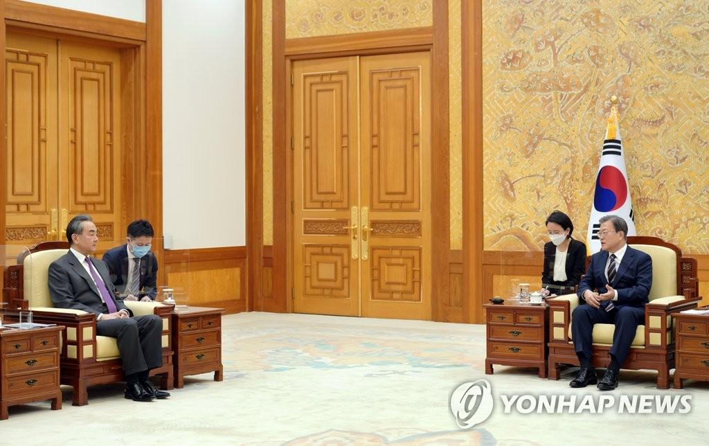 11月26日,在青瓦臺,南韓總統文在寅(右)接見中國外交部長王毅。 韓聯社