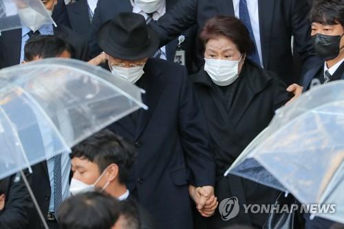 前總統全鬥煥走出法庭