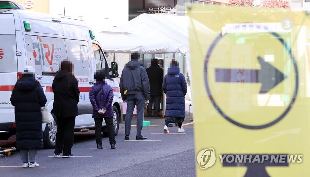 資料圖片:市民們排隊待檢。 韓聯社