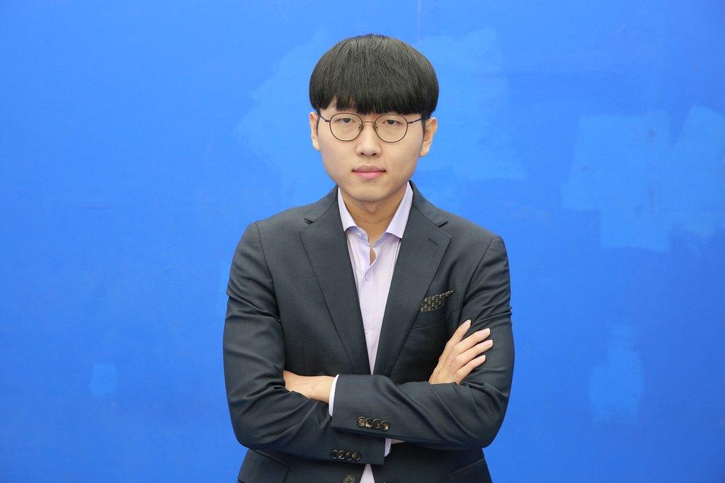 2020年12月29日,南韓棋院表示,日前刷新南韓圍棋年度最高勝率紀錄的申真谞九段獲評2020圍棋大獎最佳棋手獎(MVP)。申真谞在圍棋記者投票中獲得93.55%的票數,在網民投票中獲得78.24%的票數,綜合得票率88.95%。 韓聯社/南韓棋院供圖(圖片嚴禁轉載複製)