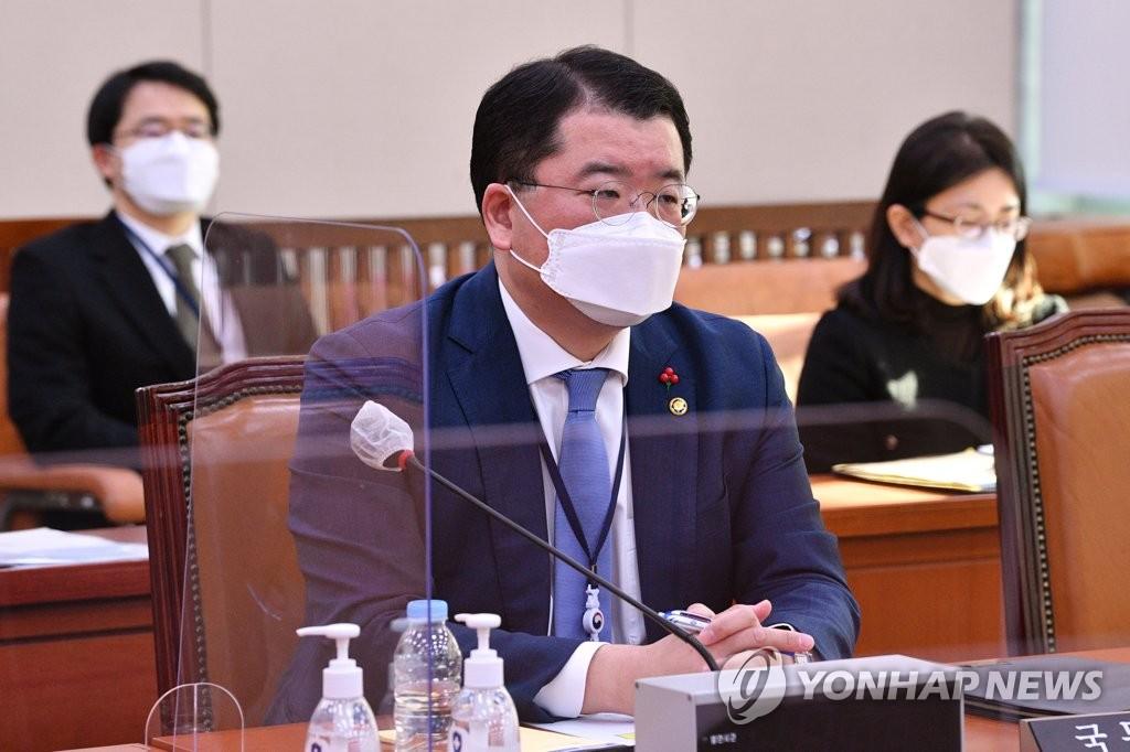 資料圖片:1月6日,在南韓國會,南韓外交部第一次官(副部長)崔鐘建就伊朗扣船事件出席外交統一委員會。 韓聯社