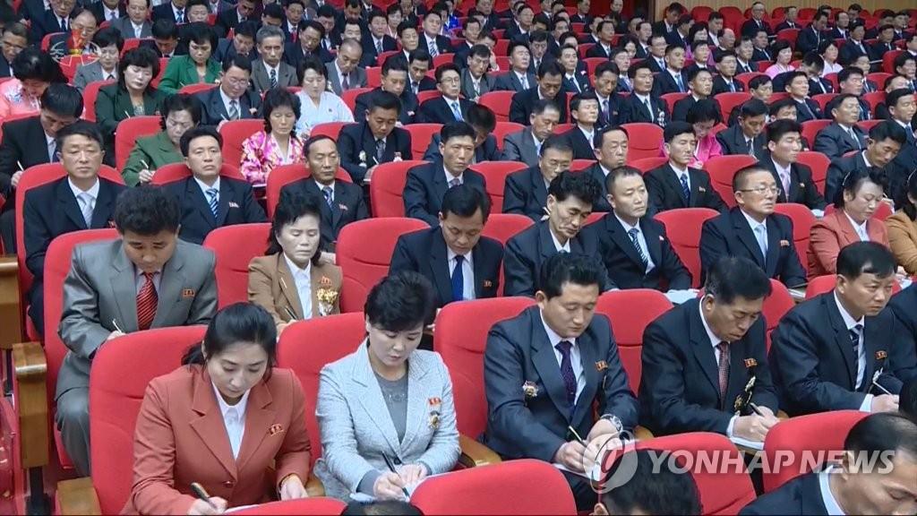朝鮮中央電視臺1月6日報道朝鮮勞動黨第八次全國代表大會5日在平壤開幕。圖為與會人士做筆記。 韓聯社/朝鮮央視畫面截圖(圖片僅限南韓國內使用,嚴禁轉載複製)