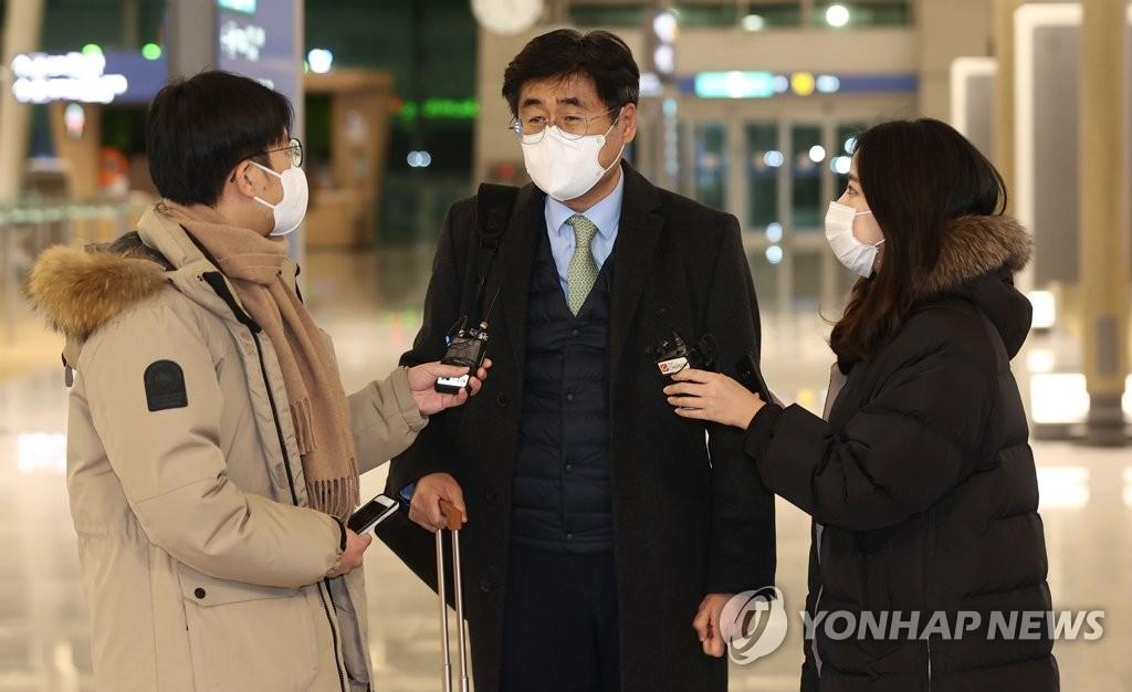 資料圖片:1月6日晚,在仁川機場,南韓政府談判團團長高炅錫啟程赴伊前接受記者採訪。 韓聯社(圖片嚴禁轉載複製)