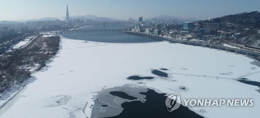 1月7日,在首爾,漢江被層層白雪覆蓋。 韓聯社