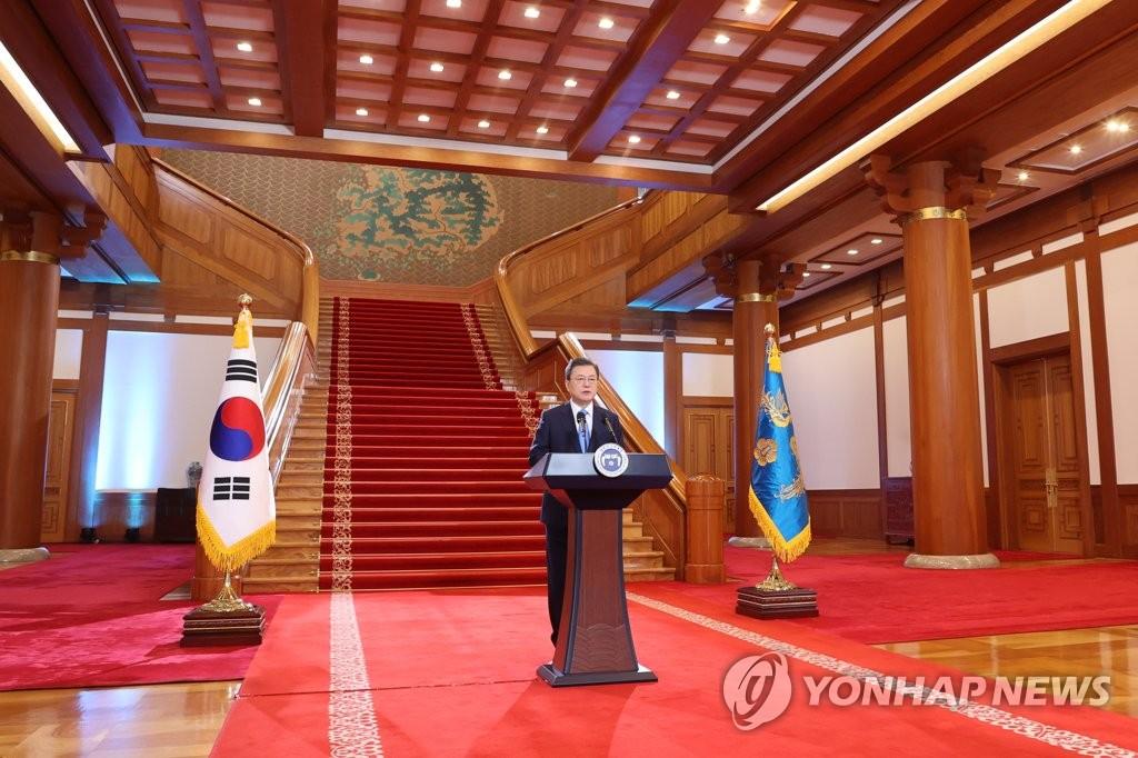 1月11日,在青瓦臺,南韓總統文在寅發表新年賀詞。 韓聯社