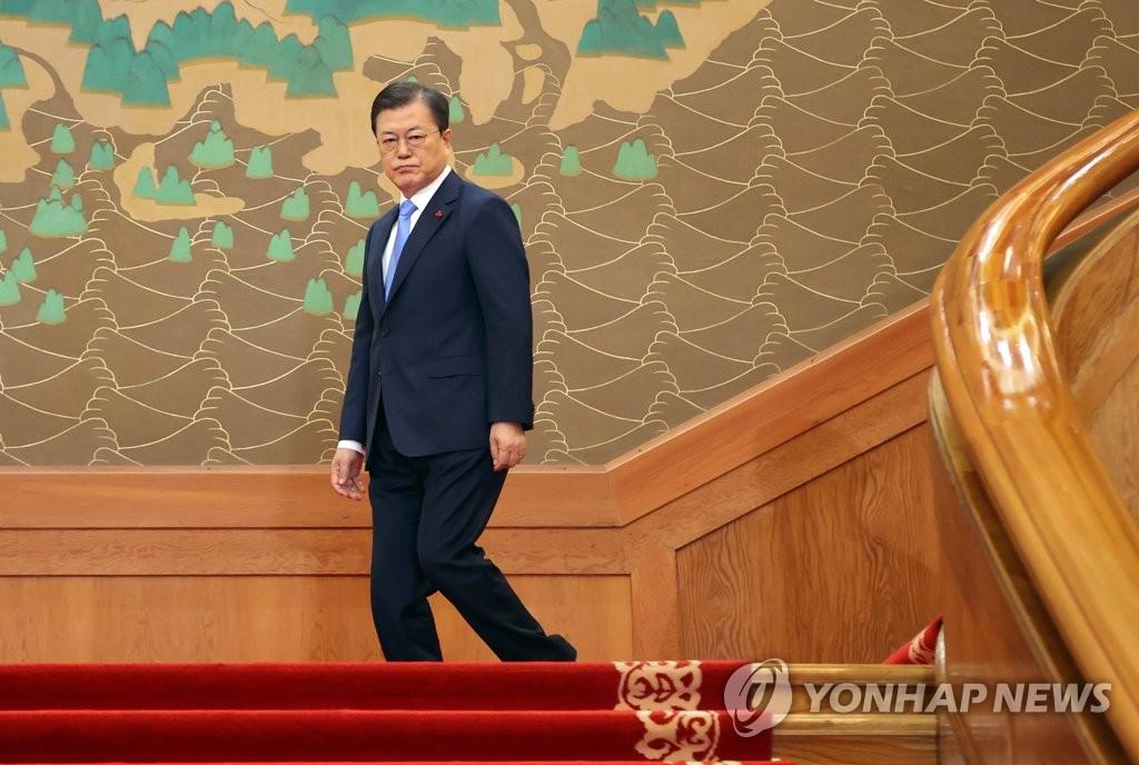1月11日,在南韓總統府青瓦臺,總統文在寅準備上臺發表新年賀詞。 韓聯社