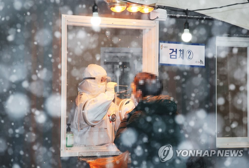 資料圖片:一位市民接受新冠病毒檢測。 韓聯社