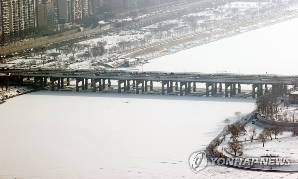 資料圖片:1月13日,從首爾汝矣島63大廈上眺望,整條漢江被白雪覆蓋。 韓聯社