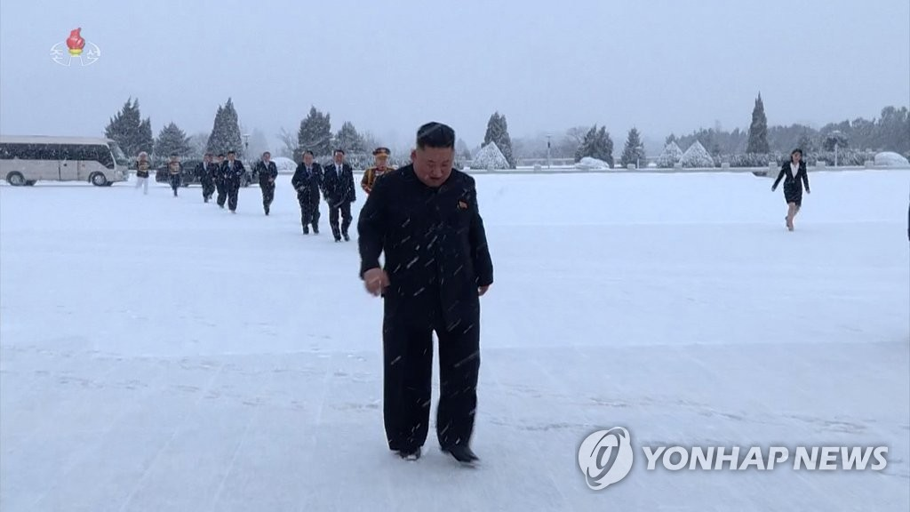 金正恩冒雪前往太陽宮