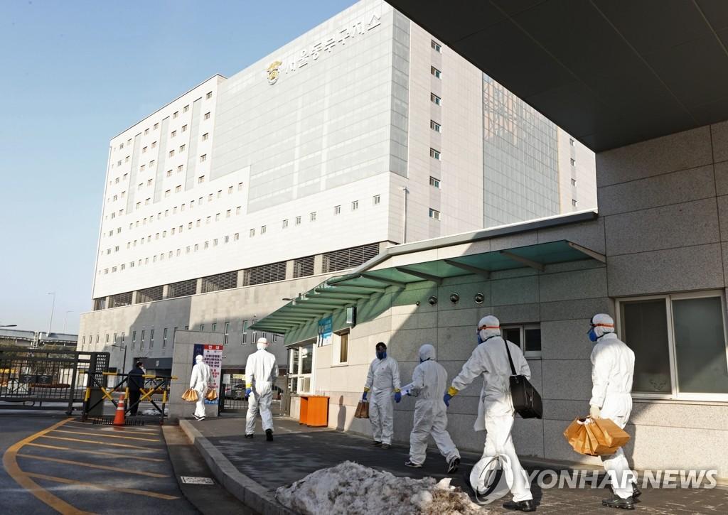 1月14日,防疫工作人員正在進入首爾東部看守所。 韓聯社