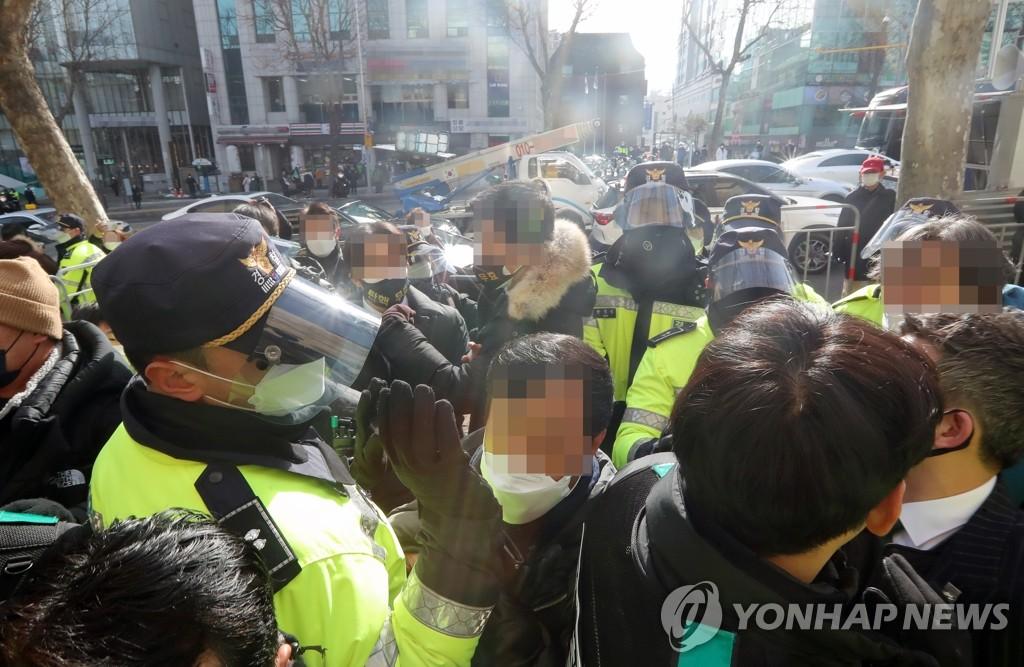 樸槿惠支援者與警員衝突