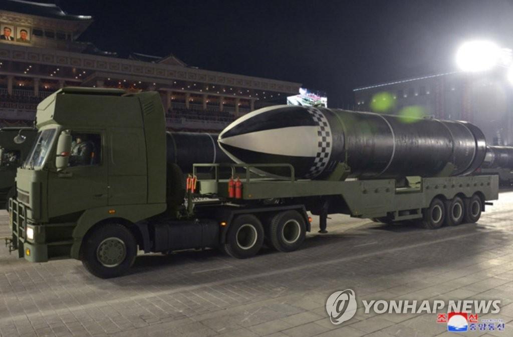 資料圖片:朝中社1月15日報道稱,朝鮮14日晚舉行閱兵式紀念勞動黨第八次全國代表大會。圖為朝鮮展示的新型潛射彈道導彈。 韓聯社/朝中社(圖片僅限南韓國內使用,嚴禁轉載複製)