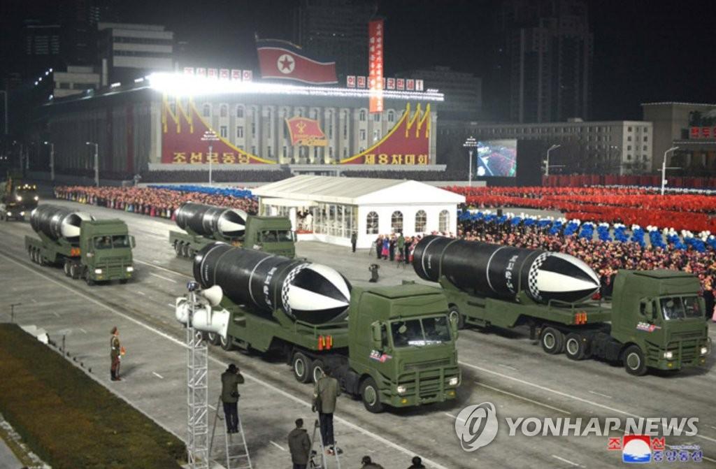 朝鮮閱兵式展示新型潛射彈道導彈