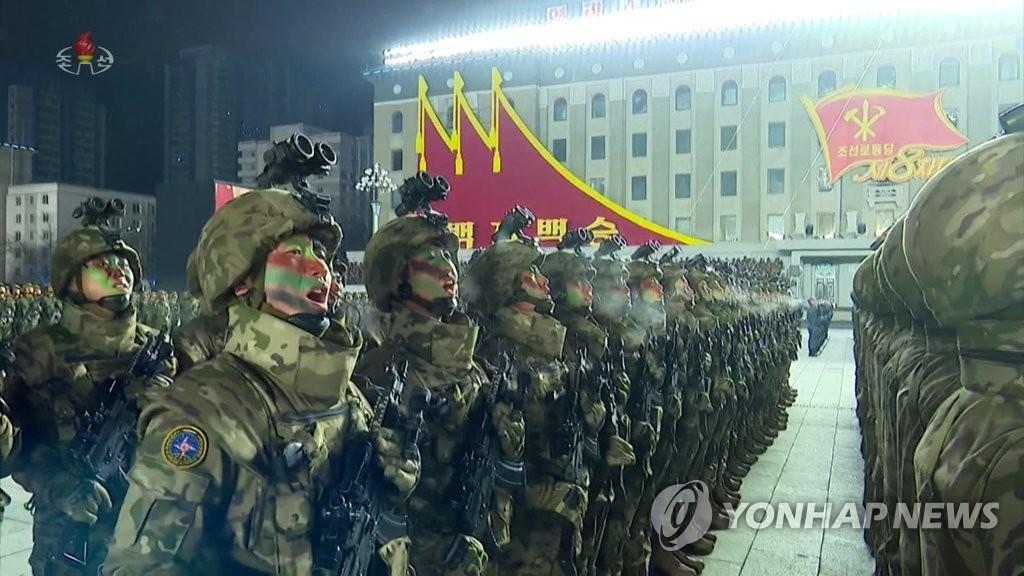 據朝鮮中央電視臺1月15日報道,朝鮮勞動黨第八次代表大會閱兵式前一天在平壤金日成廣場舉行。圖為受閱方隊高喊口號。 韓聯社/朝鮮中央電視臺畫面截圖(圖片僅限南韓國內使用,嚴禁轉載複製)