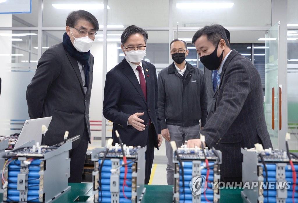 1月18日,在京畿道安養市,產業通商資源部次官樸真圭(左二)走訪一家二次電池解決方案企業。 韓聯社/產業通商資源部供圖(圖片嚴禁轉載複製)
