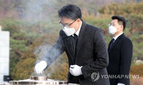 韓高官犯罪調查處首任處長參拜顯忠院