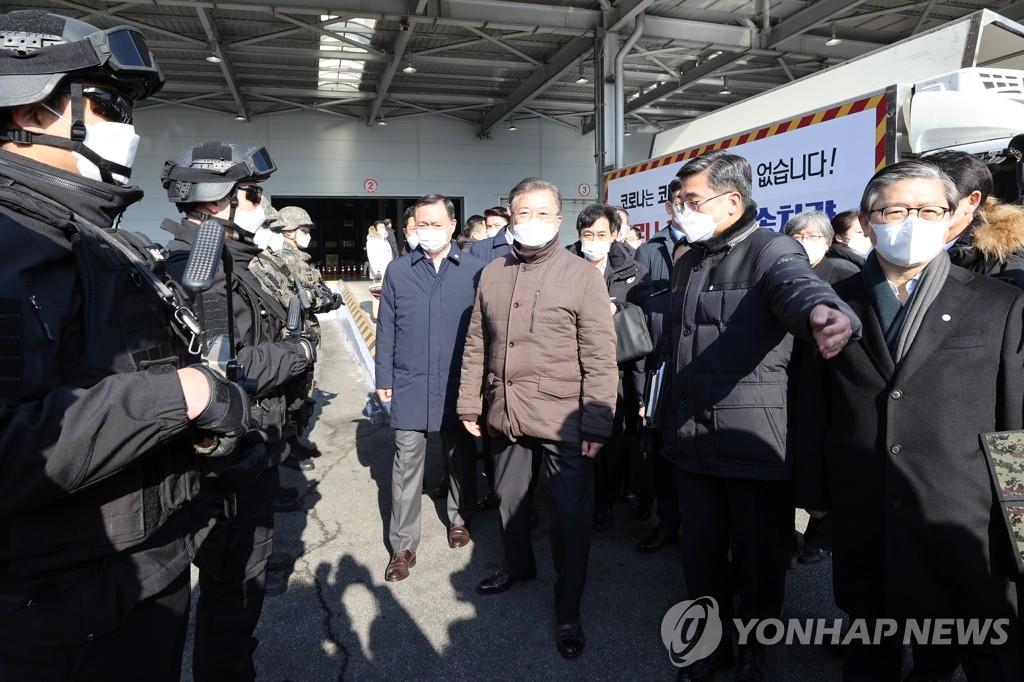 2月3日,總統文在寅前往仁川國際機場大韓航空第二貨物航廈,視察由民、官、軍、警各部門共同參與的新冠疫苗運輸應急演練。 韓聯社