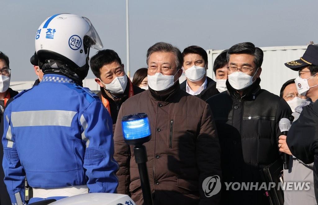 南韓實施新冠疫苗運輸演練 文在寅視察現場