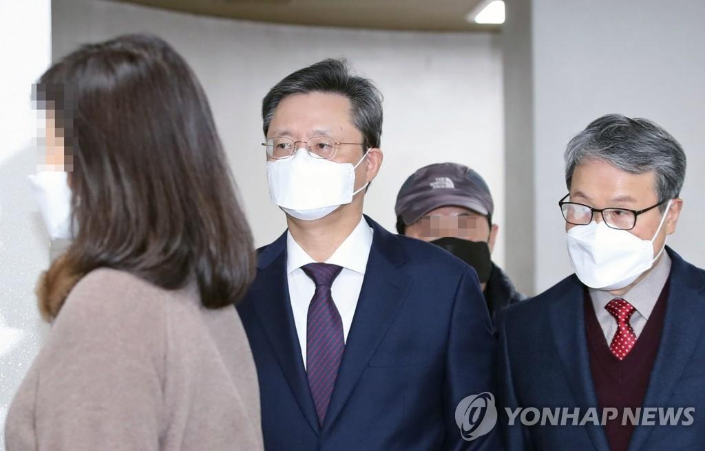 2月4日,在首爾市瑞草區首爾高等法院,青瓦臺前民政首秘禹柄宇出庭。 韓聯社