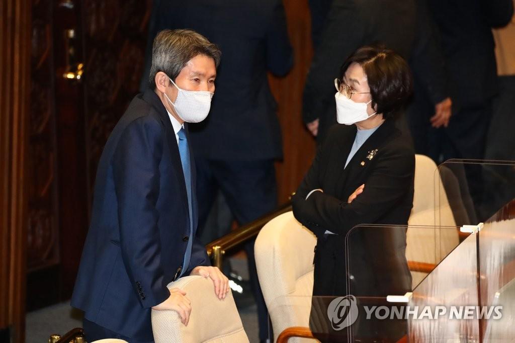 統一部長官李仁榮(左) 韓聯社