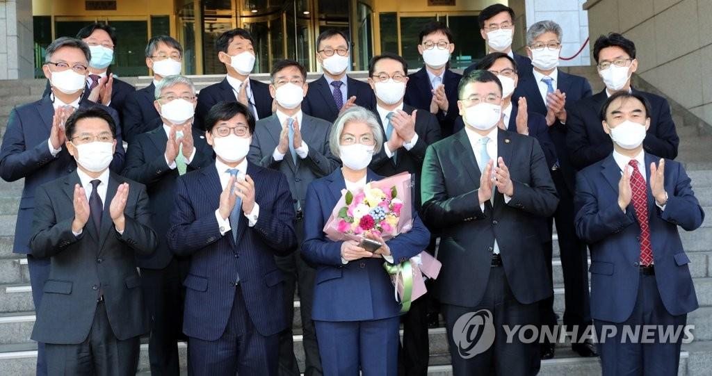 2月8日,在位於首爾鐘路區的外交部大樓,康京和(第一排居中)與外交部官員合影留念。 韓聯社