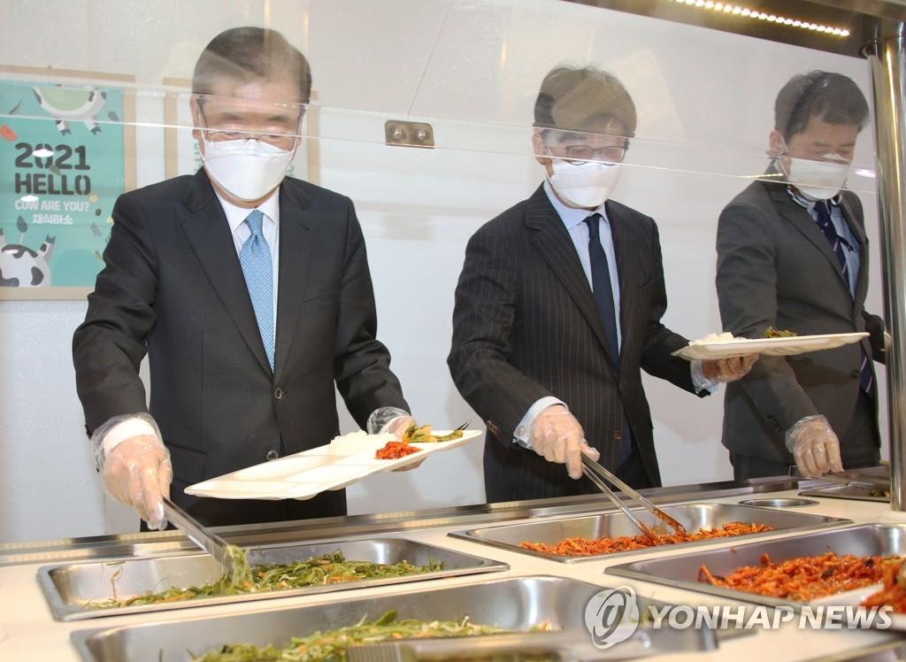 2月9日,在南韓外交部辦公樓單位食堂,外交部長官鄭義溶(左一)排隊取餐。 韓聯社